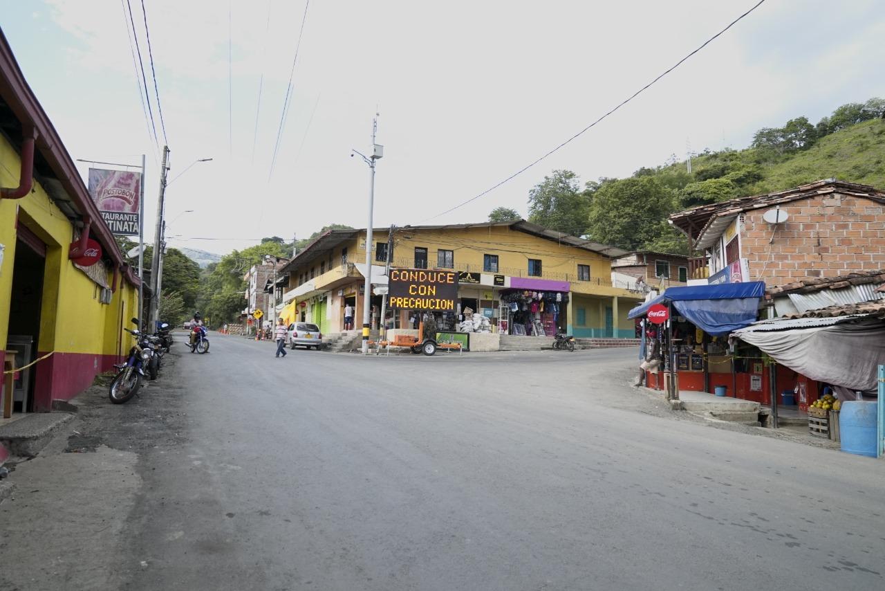 Comerciantes de Bolombolo, en Antioquia, felices con la rehabilitación de las vías gracias al Proyecto Pacífico 1