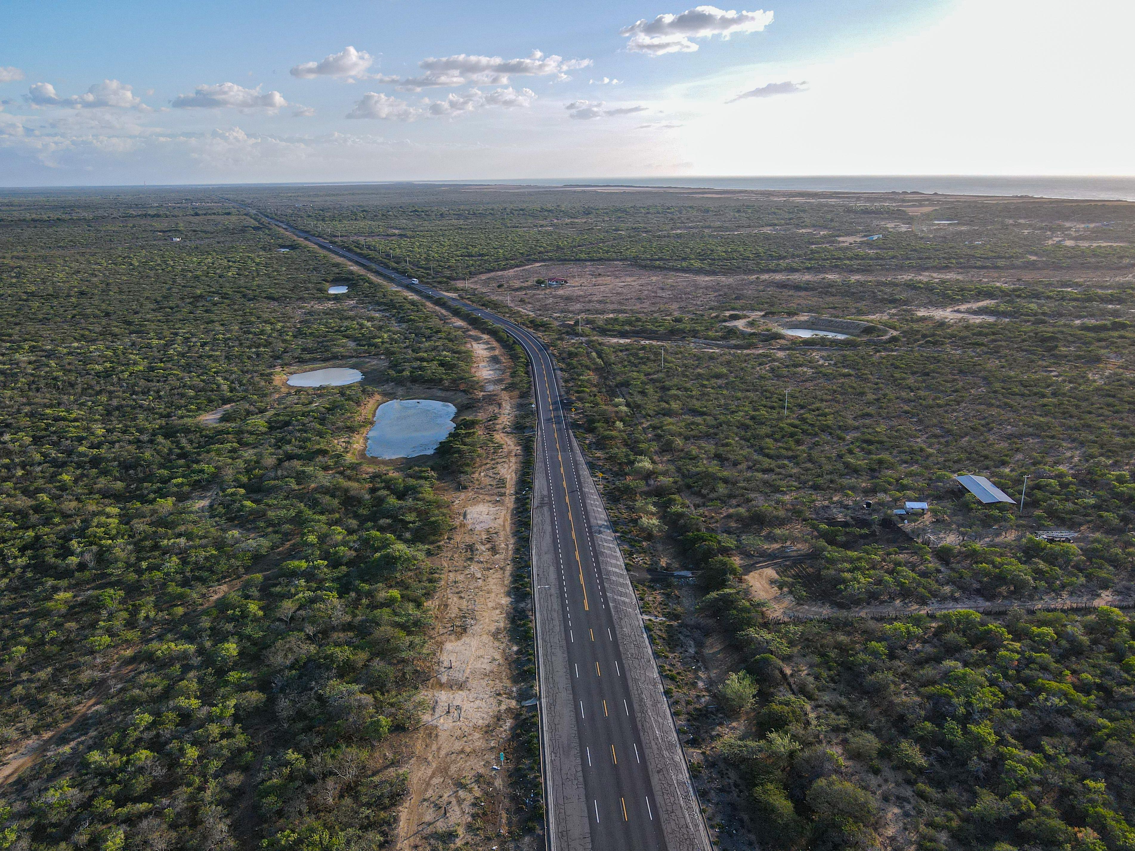 El Gobierno Nacional finalizó el mantenimiento de 285 km del corredor Santa Marta – Riohacha – Paraguachón, clave para la conectividad de la Costa Caribe
