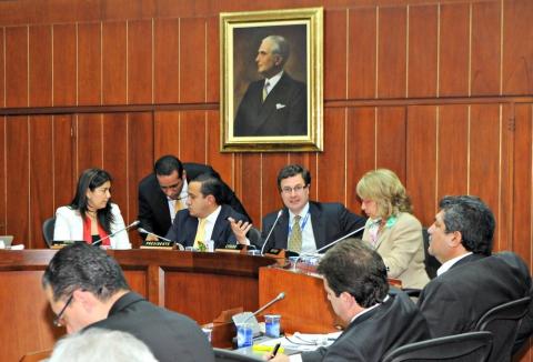 Presidente de la ANI, Luis Fernando Andrade y ministra de Transporte, Cecilia Álvarez-Correa en debate de la Comisión Sexta del Senado, precedida por el senador Mauricio Aguilar Hurtado