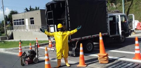 Desinfección de vehículos, otra medida para combatir el COVID-19 en las vías del país
