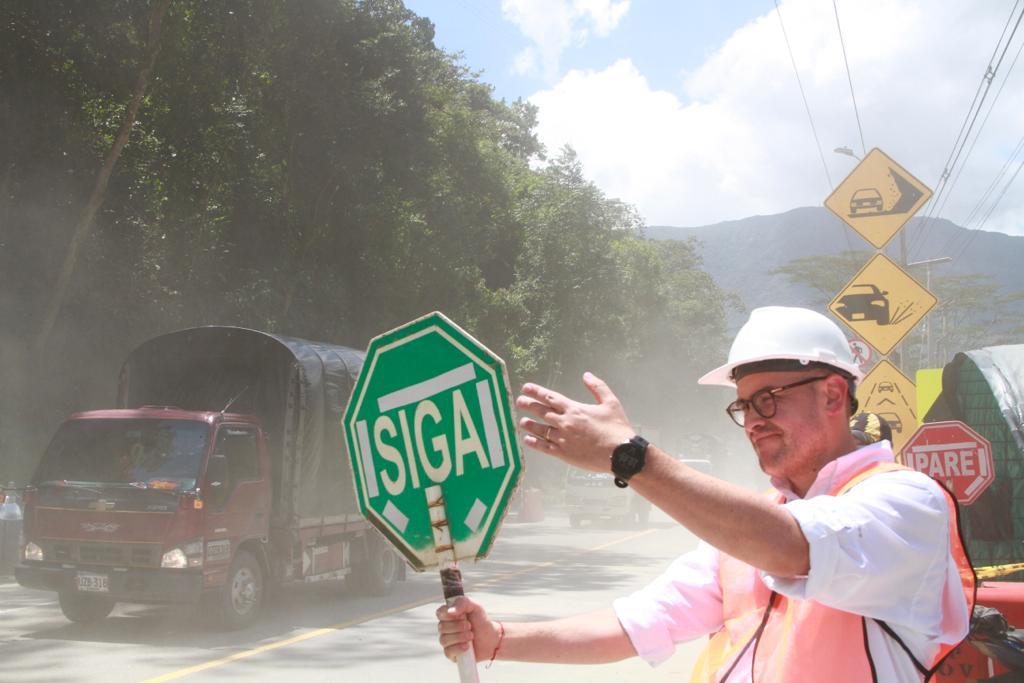 Gobierno y Policía de Tránsito facilitaron el paso de 1.830 vehículos por la vía Bogotá - Villavicencio en su primer día de reapertura