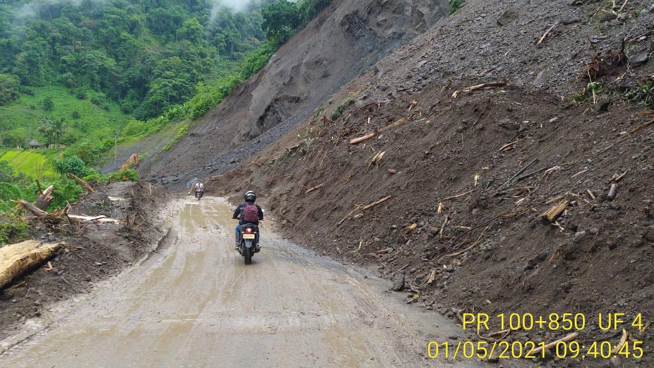 A un solo carril y con alternancia se restablece el tránsito en la vía Dabeiba-Mutatá, en Antioquia